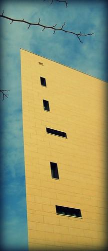 Ventanas raras en edificio raro.