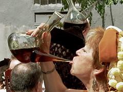 Singular destreza/Singular skill (Joe Lomas) Tags: madrid street leica urban wine candid reality streetphoto urbano vino madrileo lavapies urbanphoto realidad callejero porron losmayos xvii robados castizo realphoto fiestapopular fotourbana fotoenlacalle fotoreal photostakenwithaleica leicaphoto