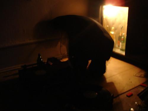 DJ kniet am Boden. November 2005