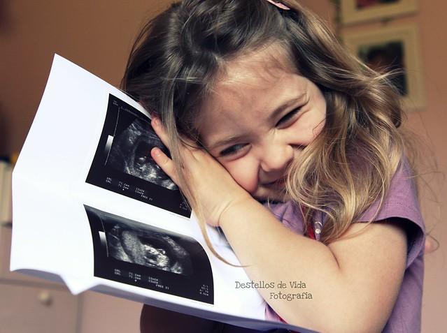 No puede estar más contenta... acaba de ver la primera foto de su hermanit@!!!!!