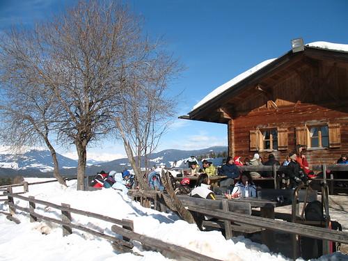 Die Tuffalm ist ganzjährig bewirtschaftet und bietet auch während des Essens einen einzigartigen Blick in die Bergwelt der Umgebung