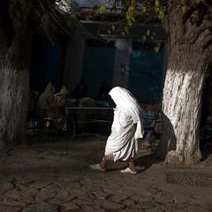 White Old woman (Julio Lpez Saguar) Tags: africa white blanco morocco julio contraste oldwoman anciana marruecos rif lpez chouen saguar