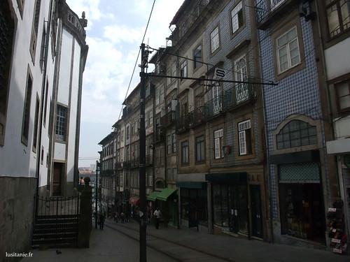 A rua ao lado da igreja