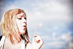[フリー画像] [人物写真] [女性ポートレイト] [白人女性] [たんぽぽ/タンポポ] [綿毛]      [フリー素材]