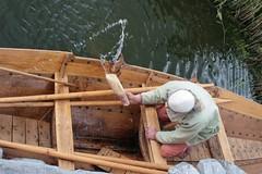 Reinhard Erichsen schöpft mit einem Ösfass Wasser aus Nökkvi Haithabu - Museumsfreifläche Wikinger Museum Haithabu WHH 27-05-2009