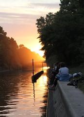 Sonnenuntergang am Landwehrkanal (wozischra) Tags: sunset berlin sonnenuntergang kanal ufer chillen landwehrkanal 2011 maybachufer paullinkeufer