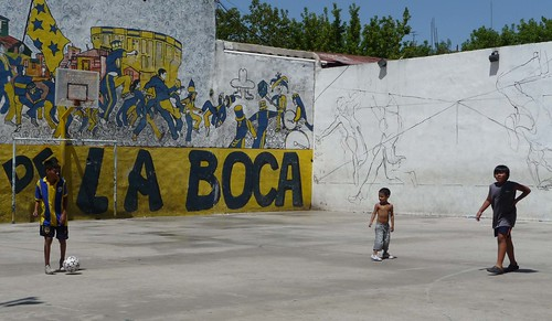Bambini giocano vicino allo stadio del Boca Juniors