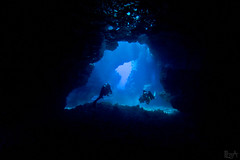 Into the light (Lea's UW Photography) Tags: underwater maui fisheye cave fins lanai hhle tokina1017mm unterwasserfoto leamoser