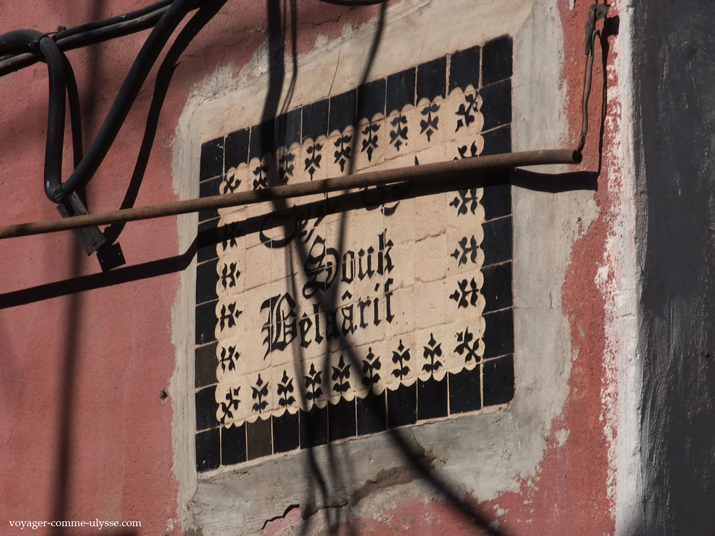 Placa da entrada do souk Belaârif