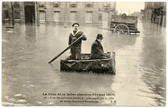 Paris Under the Waters: The Square Boats (1910) (postaletrice) Tags: old bw white black paris france water hat vintage square geotagged boat photo agua flooding eau barca ledefrance boulevard haussmann natural flood antique postcard transport calm relief antigua help tragedy transportation disaster chapeau bleak postal 1910 melon emergency secours bowler francia tranquil socorro boatman postale inondation canot carte barquero transporte carr ancienne flooded crue tarjeta tragedia emergencia cpa inundada desastre rudimentary inundacin bombn canotier cuadrada tragedie crecida passeur batelier inond rudimentaire rudimentaria saolitary geo:lat=23311 geo:lon=488731