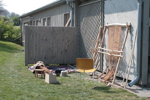Webstuhl aus dem Haus des Tuchmachers (Haus Nr. 2) hinter der ehemaligen Grabungsbaracke - Museumsfreifläche Wikinger Museum Haithabu WHH 26-04-2009