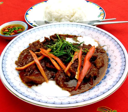 פאננג יבש עם בקר, מקושט בקרם קוקוס סמיך