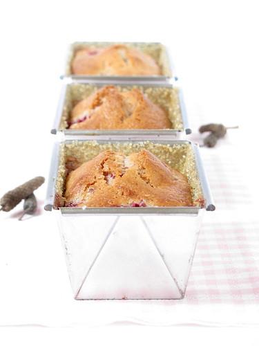 Piccoli cake con fragole e pepe lungo