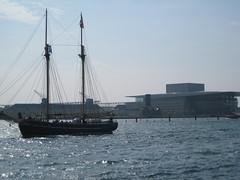 Un vieux bateau et un nouvel opéra