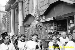 Napoli (NA), Maggio 1972, processione di San Gennaro. (Fiore S. Barbato) Tags: italy san campania napoli statua sangennaro gennaro vicoli processione
