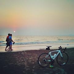 วิวดี เหมือนจะอาร์ต คนเดินริมทะเล ผ่านจักรยานที่ข้าพเจ้าจอดไว้บนหาดทราย *ภาพเมื่อวานนี้ #Roadbike #mountainbike #sea #beach #nature #sky #amazing #instacool #Thailand