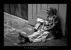 Na porta da Catedral (Tiago Stille) Tags: bum beggar mendigo pedinte