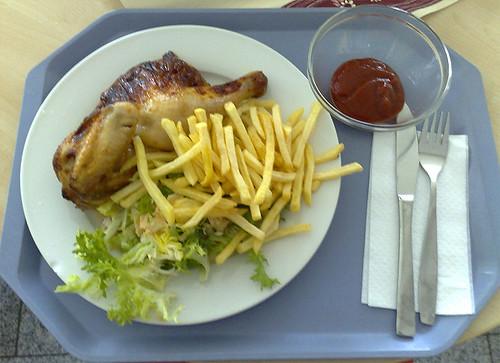 Halbes Hähnchen ist Pommes & Salat