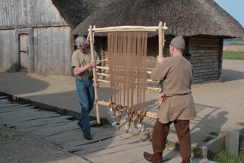 Reinhard (Erichsen) und Christoph (Roeser) tragen einen Gewichtswebstuhl - Museumsfreifläche Wikinger Museum Haithabu WHH 26-04-2009