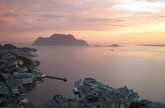 Alesund, Norvge (Airflore) Tags: norway canon photography soleil photo florence europe flickr photographie image dragonfly picture coucher ixus norvege minuit alesund soleildeminuit cestsibon visipix flickrunitedaward thebestofcengizsqueezeme2groups airflore