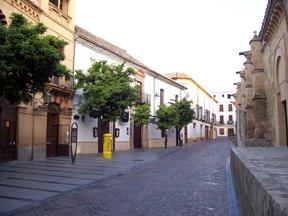 Calla Torrijos frente a Puerta de los Deanes