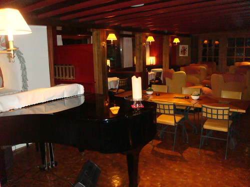 Salón para tomar una copa post-cena con piano incluido