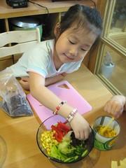 20090322-yoyo幫忙裝飾沙拉