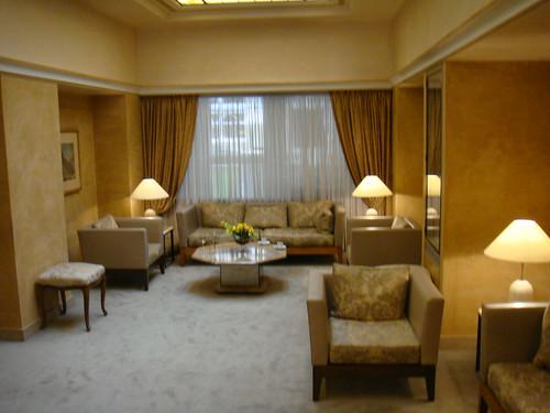 Zona común en la planta baja del hotel