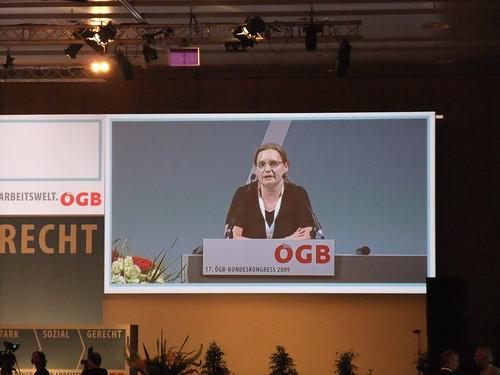 Veronika Litschel beantragt die Verankerung von Antifaschismus und Antirassismus im ÖGB Leitbild. Ein Antrag, der auf eine überwältigende Mehrheit beim ÖGB-Bundeskongress stößt