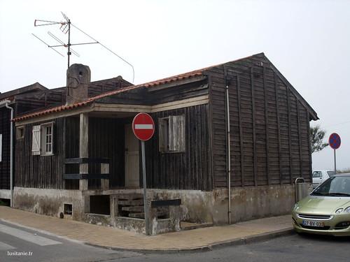 Mas estas pequenas casas de madeira resistem bem à prova do tempo