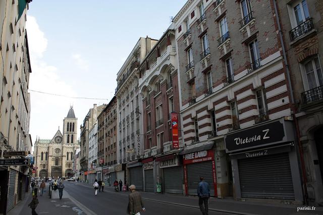 Léglise, située sur une vaste place et au bout dune grande rue commerçante, est bien mise en valeur par la municipalité de Saint Denis