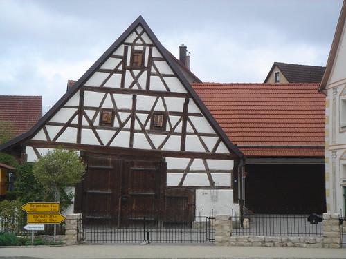 Schiefes Haus in Weidensees