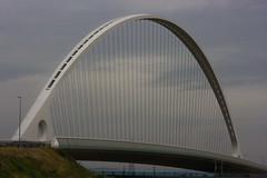 RE_Calat_P1_01 (gufino (out for awhile)) Tags: italia nuvole foro ponte cielo calatrava buco arco architettura ciclabile reggioemilia prospettiva contemporanea cavi struttura tiranti parapetto
