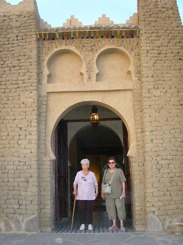 La Maria i la Toni a l'entrada de l'hotel Tombouctou