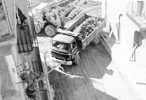 Camió Barreiros Saeta treballant a un carrer de Ripoll (Girona)