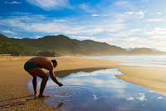 Touch the sky (Alê Santos) Tags: sea brazil sky praia beach brasil paraty mar parati céu reflexions soe trindade praiadosranchos fineartphotos mywinners platinumphoto anawesomeshot theperfectphotographer