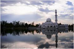 Masjid Terapung,Kuala Terengganu. (Jebat33) Tags: reflection mosque cpl kualaterengganu masjidterapung nikkor20mmf28 nikond300 kualatrengganuredang1619thapril2009