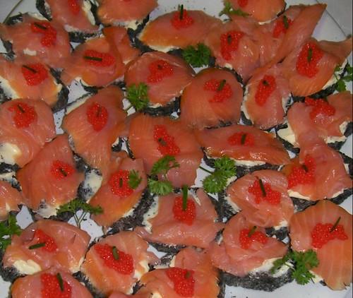 Pane al nero di seppia con salmone e caviale