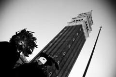 coppia di maschere sotto al campanile di piazza san marco (Nicola Zuliani) Tags: venice torre campanile carnevale venezia biancoenero sanmarco piazzasanmarco coppia maschere nizu nicolazuliani wwwnizuit
