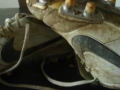 Fussballschuhe (lorenzwalthert) Tags: old stilllife shoes alt stilleben nike makro schuhe