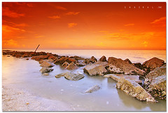 The Lonely Zone (SHAZRAL) Tags: sea seascape beach rock canon eos wide pantai uwa remis tokina1224mmf4 450d azralfikri shazral