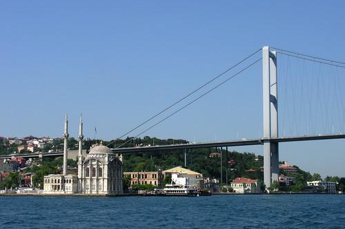 Nem lehet ezt a képet kihagyni. :) Annyira ott van minden utikönyv borítóján: Boszporusz híd és dzsámi...