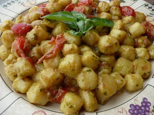 gnocchetti con pesto e pomodorini