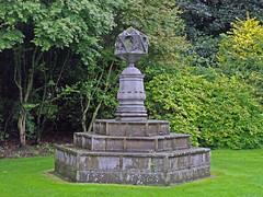 Extrao monumento en el jardin del Palacio de Hollyrood (Rubn Hoya) Tags: uk garden scotland edinburgh united kingdom palace escocia gran edimburgo reino unido palacio hollyrood bretaa scotlanda