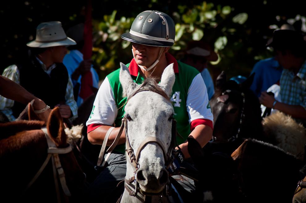 Un jinete del equipo de Polo de la Estancia Bella Italia (Arazapé - Misiones) aguarda el momento para salir al área central de la plaza a mostrar sus habilidades equinas. Su caballo, aparte de denotar una excelente condición física, sorprende al público con sus capacidades de carrera. (Elton Núñez, San Miguel - Paraguay)