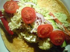 Tortilla med kylling, guacamole, peberfrugt, agurk, rødløg, tomat, ost og salsa