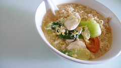 chu qian yi ding (alynnteo) Tags: food chicken tomato singapore egg vegetable instant noodle