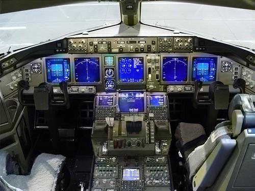 boeing-777-cockpit-cabina