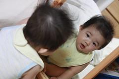 鏡で遊ぶ赤ちゃん