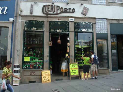 Mesmo ao lado da Torre, podemos encontrar esta loja de vinho, Cleriporto, típica das lojas para turistas : basta olhar para os letreiros ;)